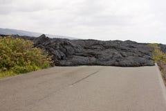 Strada bloccata tramite un flusso di lava Immagini Stock