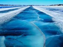 Strada blu congelata d'attraversamento del ghiaccio di Dettah Immagini Stock Libere da Diritti
