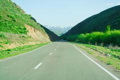 """Strada bordo Collina verde Giorno libero Montagne """"Alatau """" fotografia stock"""