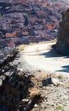 Strada campestre al villaggio di berbero con le case cubiche in mounta dell'atlante Fotografie Stock Libere da Diritti