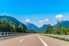 Strada campestre alle alpi europee Immagini Stock