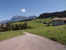 Strada campestre alle alpi italiane fotografie stock libere da diritti