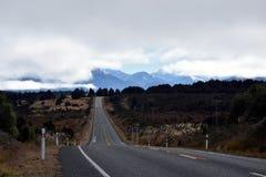 Strada campestre alle alpi in Nuova Zelanda Immagine Stock Libera da Diritti