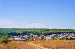 Strada campestre in cielo blu del campo di autunno Strada campestre attraverso i campi Fotografie Stock Libere da Diritti