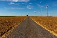 Strada campestre con i generatori eolici in blu Immagine Stock Libera da Diritti