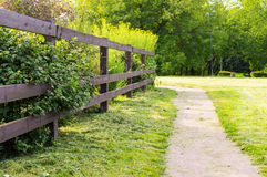 Strada campestre con il recinto di legno Immagini Stock Libere da Diritti