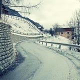 Strada campestre curva nelle alpi di inverno Immagini Stock Libere da Diritti