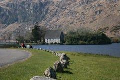 Strada campestre e lago irlandesi fotografia stock libera da diritti