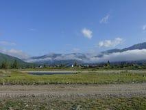 Strada campestre lungo il fiume alto nelle montagne di Altai Fotografie Stock