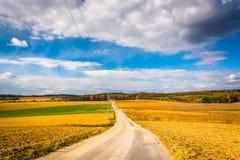 Strada campestre nella contea di York rurale, Pensilvania fotografie stock