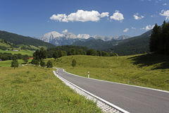 Strada campestre nelle alpi in Baviera, Germania Fotografia Stock