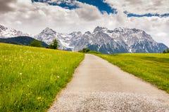 Strada campestre nelle montagne di Karwendel Fotografia Stock