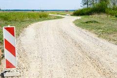 Strada campestre rurale d'avvolgimento, segnale di pericolo nella priorit? alta immagine stock