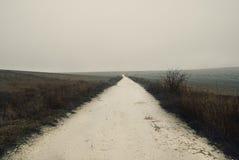 Strada campestre sporca e nebbiosa Immagine Stock
