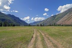 Strada campestre in una valle della montagna Immagine Stock