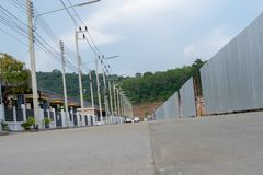 Strada cementata, recinto, formaggio del metallo dietro la montagna fotografia stock