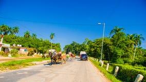 STRADA CENTRALE, CUBA - 6 SETTEMBRE 2015: Cavallo e un carretto Fotografie Stock Libere da Diritti