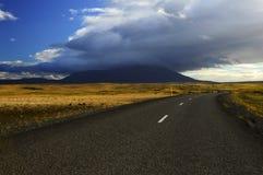 Strada che conduce alla montagna Immagine Stock