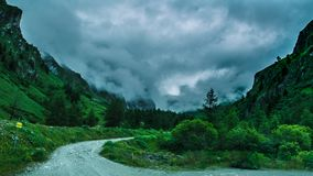 Strada che conduce alle alte montagne Fotografie Stock Libere da Diritti