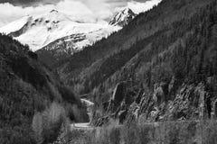 Strada che conduce alle montagne immagini stock libere da diritti