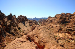 Strada che funziona via fra le rocce rosse fotografie stock