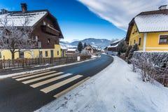 Strada che passa attraverso la cittadina in alpi austriache Fotografia Stock