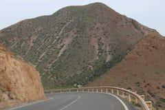 Strada che passa attraverso le montagne rocciose immagine stock
