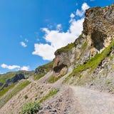 Strada che passa attraverso un pendio di montagna pittoresco fotografie stock libere da diritti