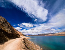 Strada che va lungo il lago dell'alta montagna Immagini Stock Libere da Diritti
