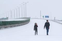 Strada chiusa nell'inverno dovuto la tempesta della neve Fotografie Stock