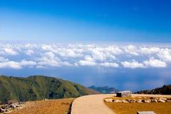 Strada a cielo blu in montagne Immagine Stock