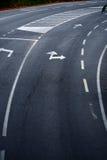 Strada con i contrassegni del vicolo di senso di girata Fotografia Stock Libera da Diritti