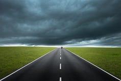 Strada con il cielo nuvoloso Fotografie Stock