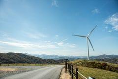 Strada con il generatore eolico Fotografie Stock Libere da Diritti