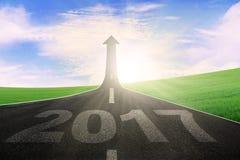 Strada con il numero 2017 e la freccia ascendente Fotografia Stock