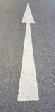 Strada, con il segno bianco della freccia Fotografia Stock Libera da Diritti