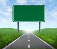 Strada con il segno della strada principale Immagine Stock