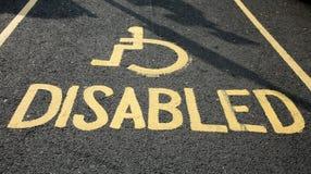 Strada con il segno di handicap Fotografia Stock