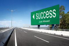Strada con il segno di successo Fotografia Stock Libera da Diritti