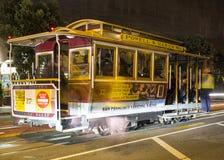 Strada con la linea tranviaria a San Francisco alla notte fotografia stock libera da diritti