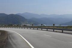 Strada con la montagna della natura Immagini Stock
