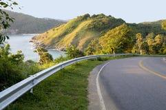 Strada con la vista e le montagne del mare Immagine Stock