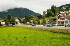 Strada con le automobili in Alpbach Fotografia Stock Libera da Diritti