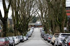 Strada con le automobili da entrambi i lati Immagine Stock Libera da Diritti