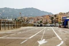 Strada con le frecce sulla pavimentazione Fotografia Stock Libera da Diritti