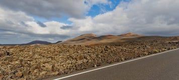 Strada con le viste dei vulcani Fotografia Stock Libera da Diritti