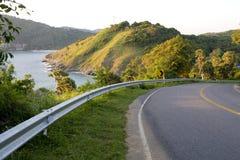 Strada con le viste e le montagne del mare Immagine Stock