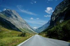 Strada con paesaggio della montagna in Norvegia Immagine Stock
