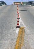 Strada con una salita ripida senza automobili con i coni di traffico Fotografie Stock Libere da Diritti
