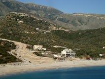 Strada in corso, spiaggia di Livadi immagine stock